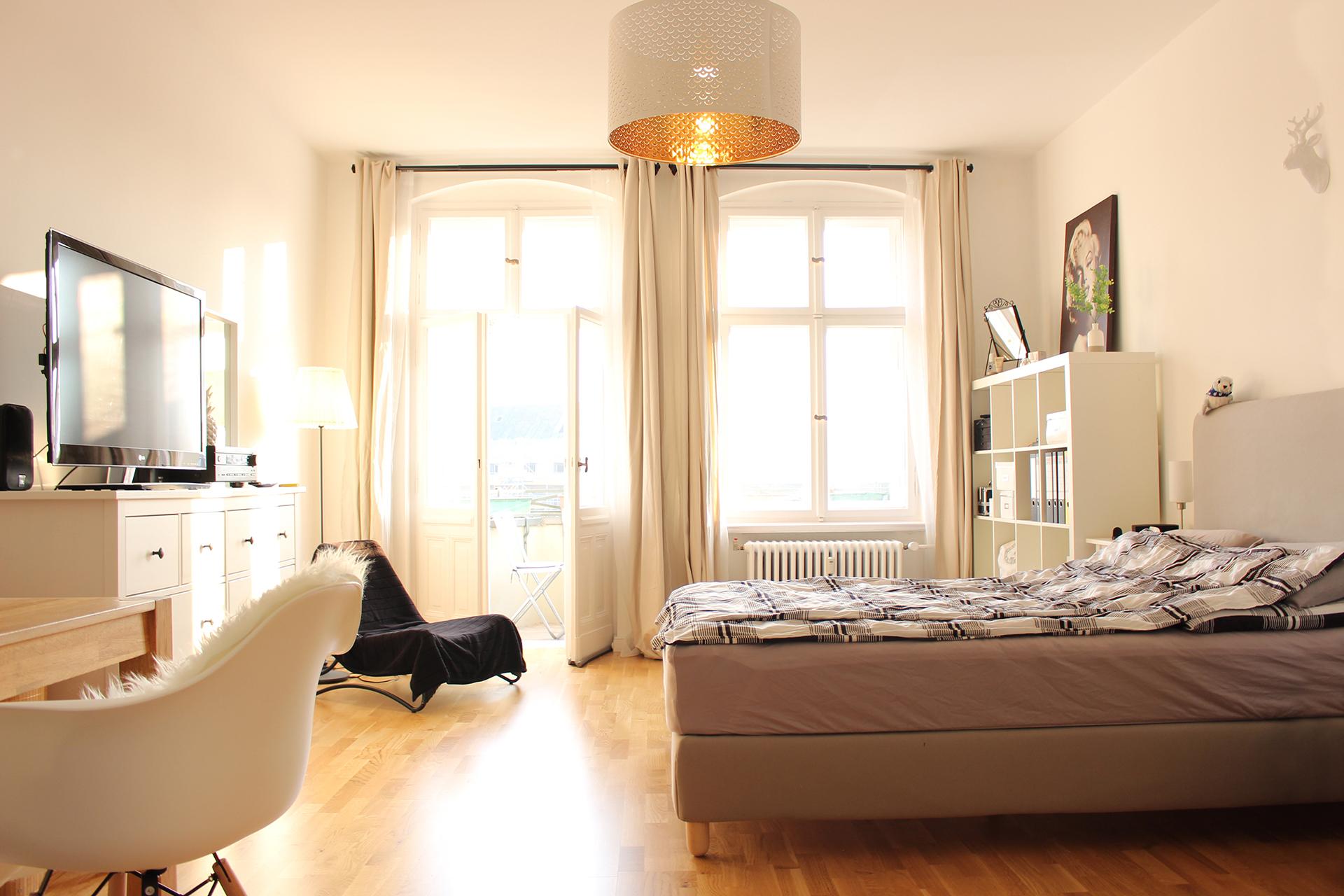 Großes Zimmer mit Balkon und smartem Licht