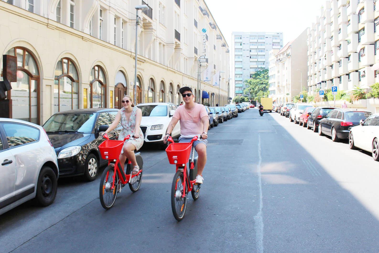 Timo und Maren auf dem Jump Bike