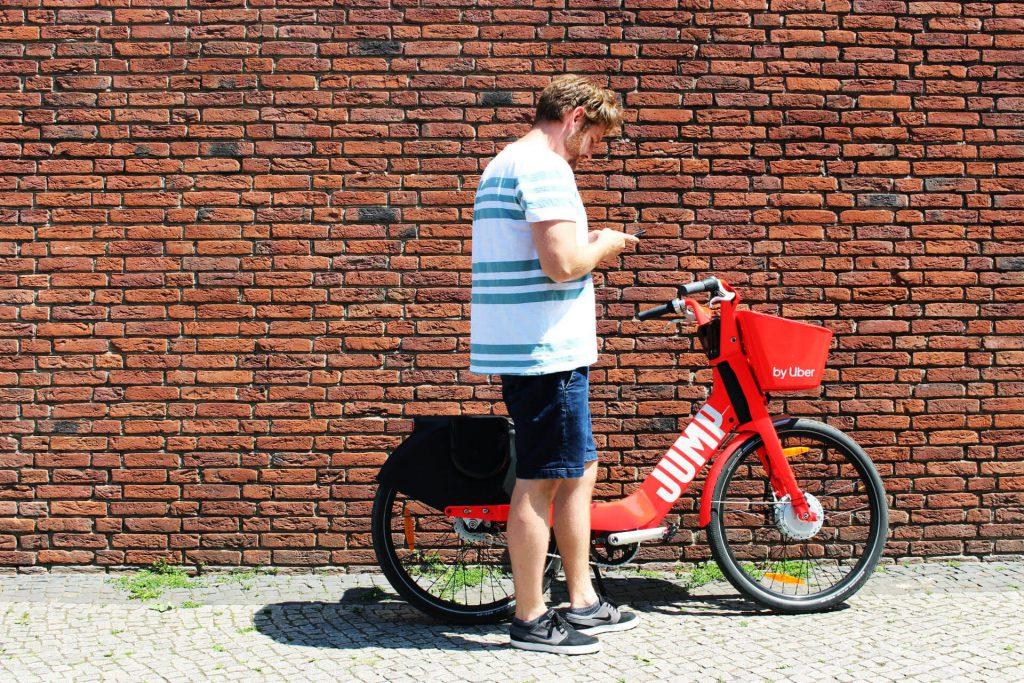 Andreas parkt das JUMP Bike