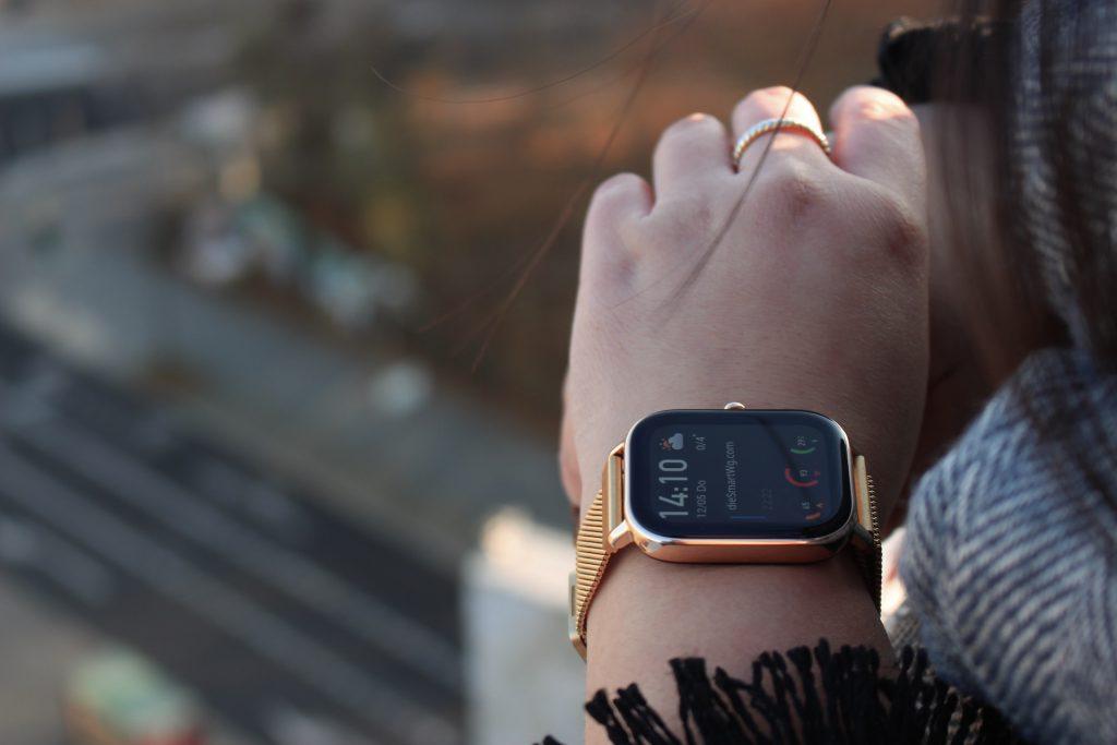 Thanhs Arm mit Smartwatch